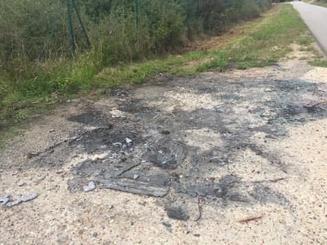 Une pollution du sol lié probablement à un feu de voiture Rue de la Maladrerie. Une dépollution par grattage est nécessaire